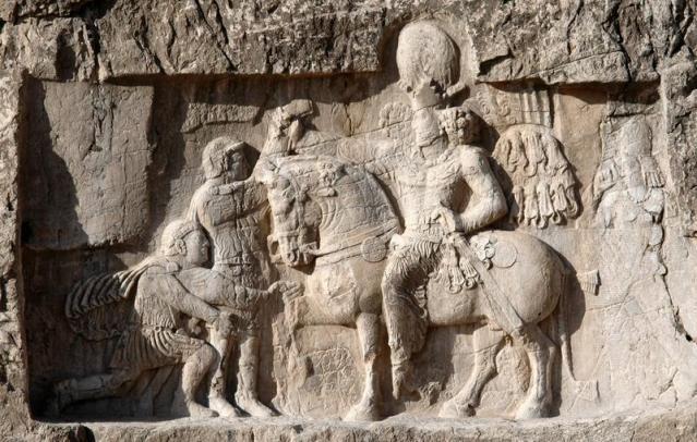 Relieve de Naqš-i Rustam que conmemora la victoria del emperador persa Sapor I sobre el emperador romano Valerio