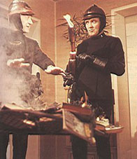 Bomberos quemando libros. Fotograma de Farenheit 451.