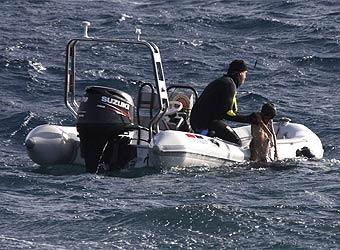 Rescate de los cadáveres producidos por el naufragio de una patera frente a Lanzarote, 16-2-2009
