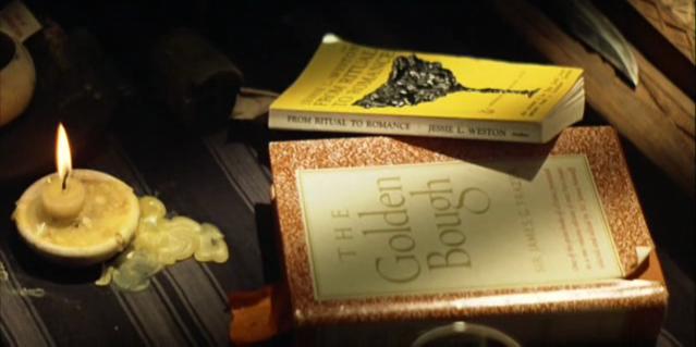 Fotograma de Apocalypse now. Las lecturas de Kurtz: The golden bough (La rama dorada) y From ritual to romance.