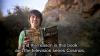 Brian Cox sostiene el libro de Carl Sagan, Cosmos.
