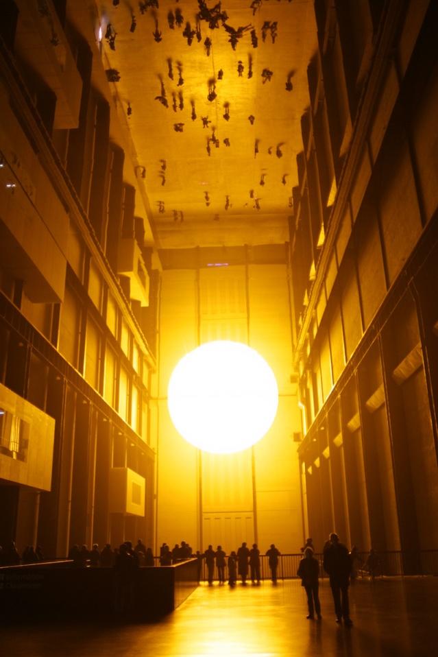 Olafur Eliasson: Instalación The Weather Project en la sala de turbinas de la galería Tate Modern en Londres, 2003.