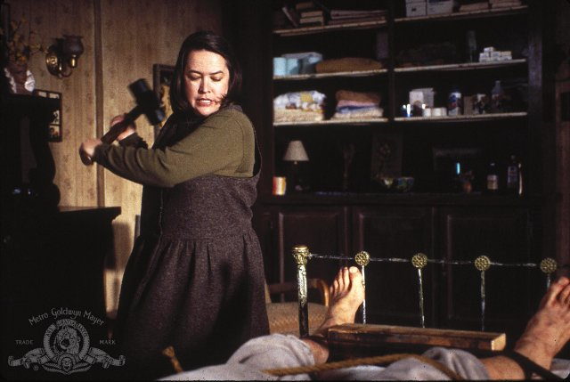 Kathy Bates cuida de James Caan en Misery (Reiner, 1995)