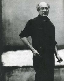 Mark Rothko (1903-1970) en su estudio hacia 1961