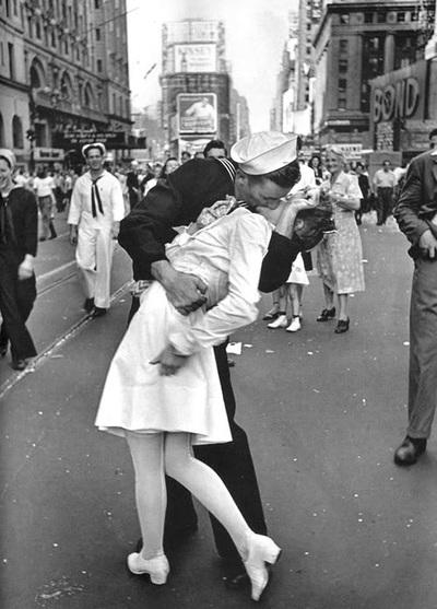 Alfred Eisenstaedt: V-J Day in Times Square, 14 de agosto de 1945. Álvaro García Tafur: el éxtasis de la victoria. El acontecimiento histórico. ¿Una fantasía erótica?