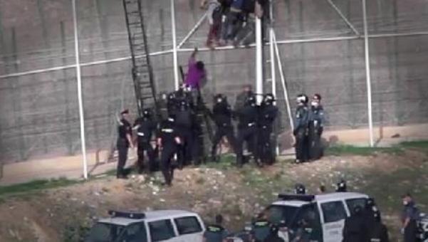 La Guardia Civil deja inconsciente a un hombre en la valla de Melilla