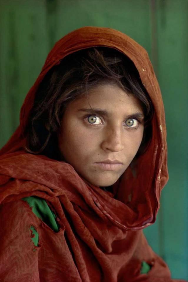 """Steve McCurry se hizo famoso por su fotografía """"La niña afgana"""", tomada en un campo de refugiados en Peshawar, Pakistán. Fue nombrada la imagen más reconocida de National Geographic."""
