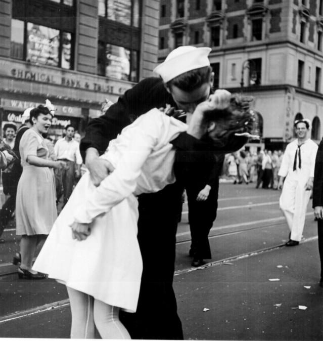 Alfred Eisenstaedt: V-J Day in Times Square, 14 de agosto de 1945.