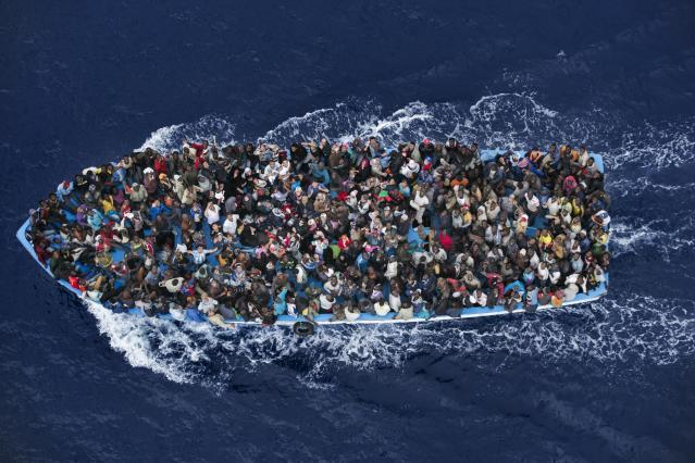 Massimo Sestini (2014): Refugees crowd on board a boat some 25 kilometers from the Libyan coast, prior to being rescued by an Italian naval